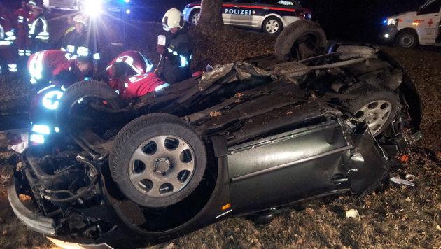 Einer der beiden Insassen musste von der Feuerwehr aus dem Autowrack befreit werden. (Bild: FF Obervellach)