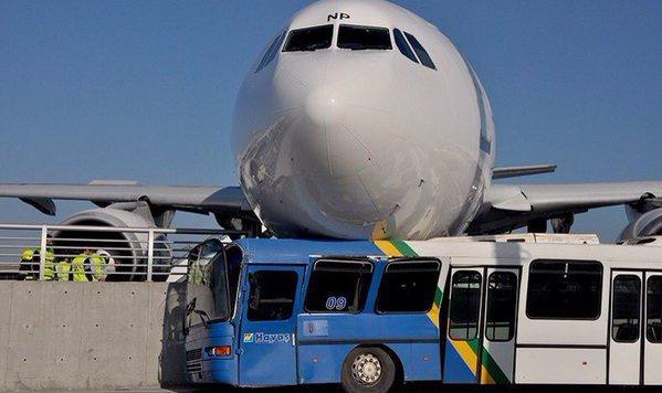 Istanbul: Airbus kracht in Leitschiene und  Bus (Bild: Twitter.com/metesohtaoglu)