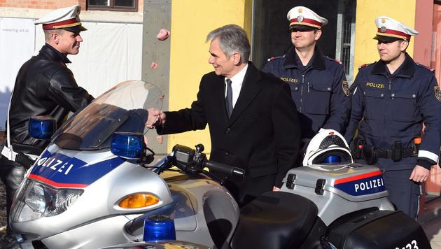Faymann auf Weihnachtsbesuch bei Wiener Polizei (Bild: APA/HERBERT P. OCZERET)