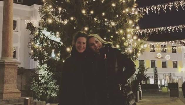 Ski-Girl Resi Stiegler vor dem Weihnachtsbaum (Bild: Facebook.com)