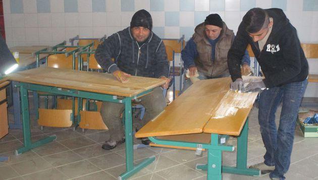 Asylwerber halfen, die alten Tische und Stühle wieder auf Vordermann zu bringen. (Bild: Hecher)
