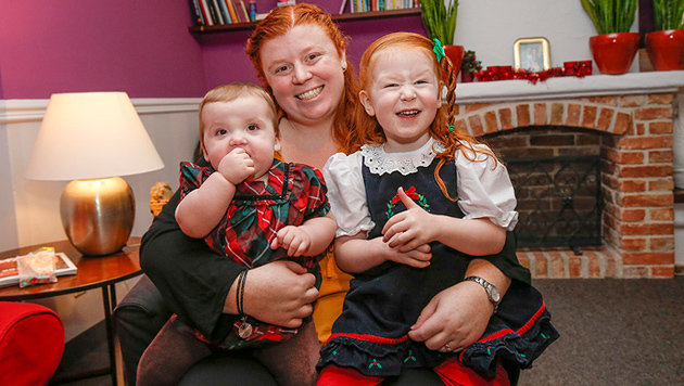 Wells fröhlich zusammen mit ihrer kleinen Schwester auf dem Schoß ihrer Mama (Bild: Markus Tschepp)