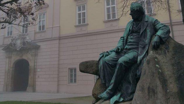 Die Stifterstatue vorm Linzer landhaus sinniert über Schwarzblau (Bild: Kronen Zeitung)