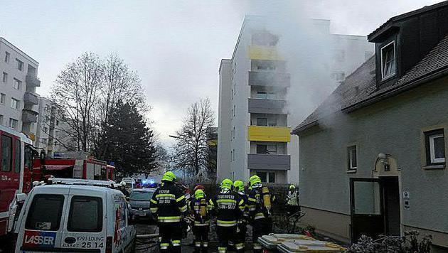 Dichter Rauch drang aus dem Gebäude in Leoben. (Bild: APA/FF LEOBEN-STADT)