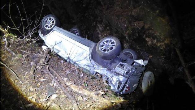 37-Jähriger mit Auto 120 Meter abgestürzt - tot (Bild: FF Huben)