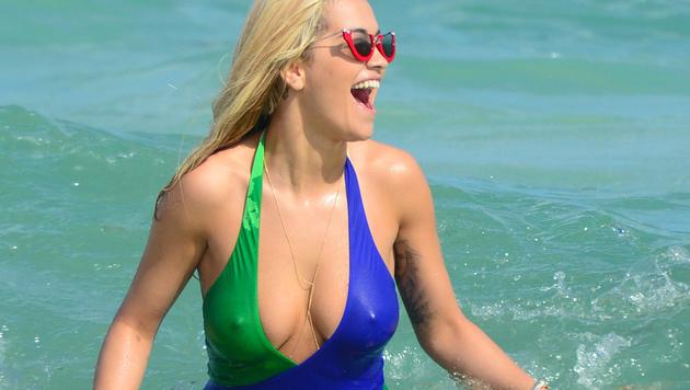 Rita Ora lässt beim Planschen im Meer ihre Nippel blitzen. (Bild: Viennareport)