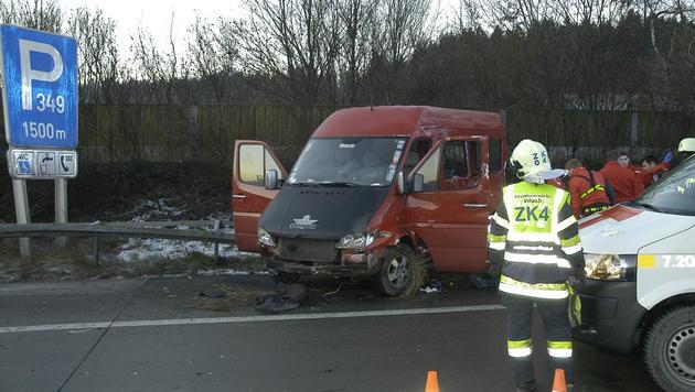 Für den Lenker des Kleinbusses kam jede Hilfe zu spät. (Bild: HFW Villach/KK)