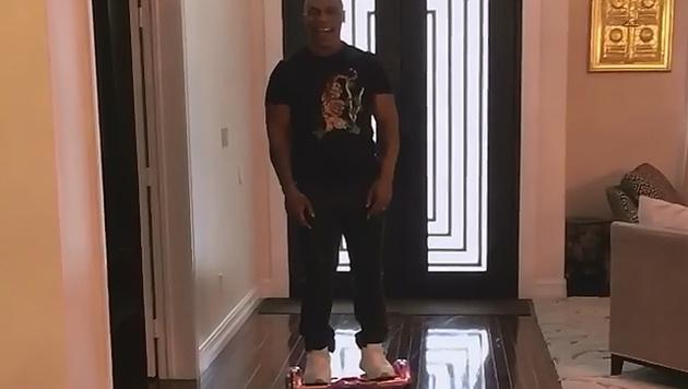 Mike Tyson probiert das Hoverboard seiner Tochter aus - und fliegt damit auf die Nase. (Bild: instagram.com/miketyson)