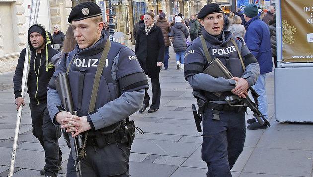 Schwer bewaffnete Polizisten bewachen die Wiener Innenstadt. (Bild: Martin A. Jöchl)