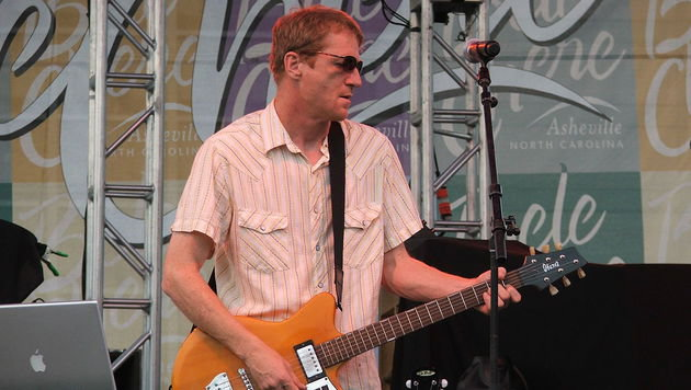 David Lowery während eines Konzerts im August 2006 (Bild: Wikipedia/Zopheus)