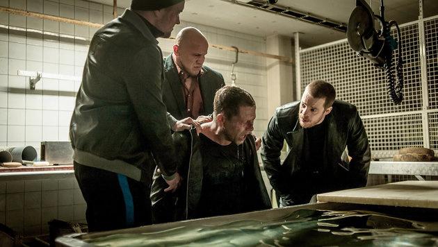 Nick Tschiller (Schweiger) wird in die Mangel genommen. (Bild: ORF/ARD/Gordon Timpen)