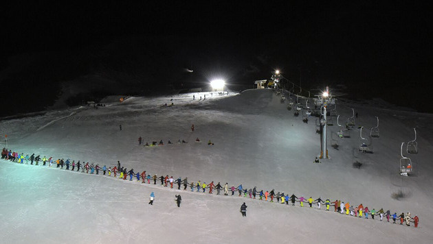 73 Wintersportler bildeten die Rekordkette. (Bild: APA/ROLAND SCHWARZ)