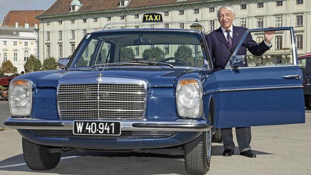 """Josef """"Peppi"""" Strobl und das älteste Taxi Wiens (Bild: Reinhard Holl)"""