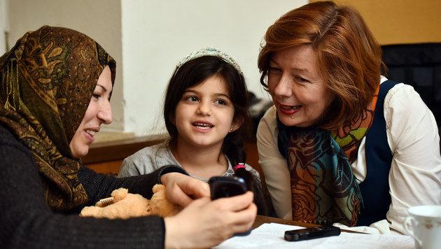 Ein Lied von Papa: Dunjas Mama spielt es am Handy vor. (Bild: Markus Wenzel)