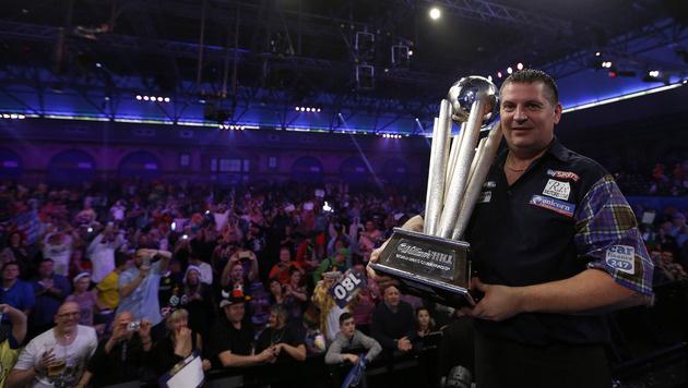 Anderson mit dem Pokal für den WM-Titel (Bild: AP)