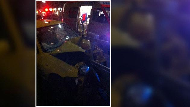 Pkw rammt Geländer frontal: Lenker schwer verletzt (Bild: LPD Wien)