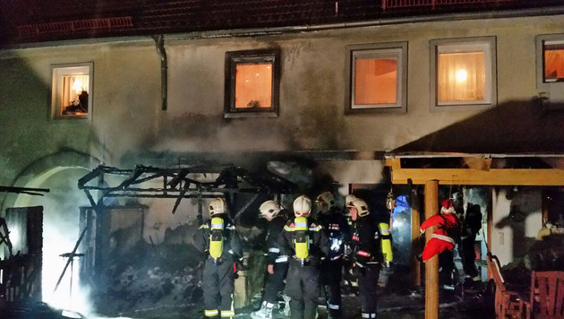 Die Flammen griffen auf das Wohnhaus über. (Bild: APA/MA 68)