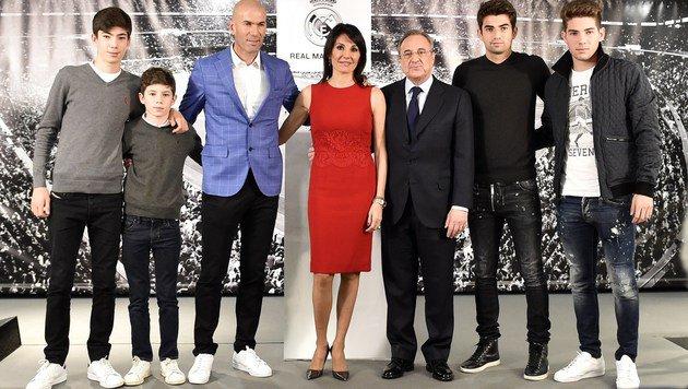 Zidane mit Gattin und seinen vier Söhnen â013 sowie Real-Präsident Perez (Bild: AFP)