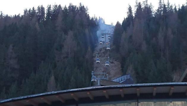 Dichter Rauch und Qualm stiegen beim Feuer unterhalb der Seilbahn auf. (Bild: Feuerwehr St. Jakob im Defereggental)