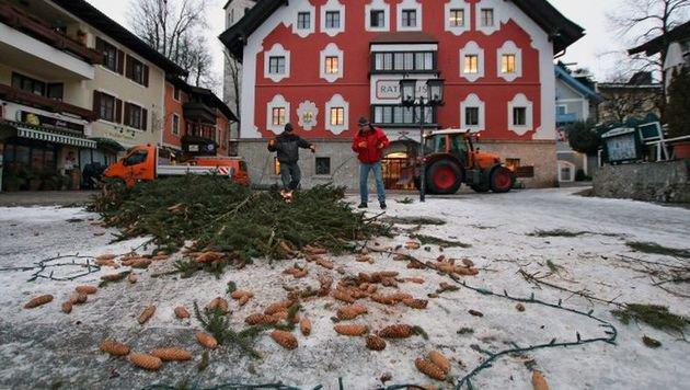 Die Fichte sollte bis Ende Jänner den Ort zieren. Das Alko-Duo griff allerdings zur Kettensäge. (Bild: Stadtgemeinde Saalfelden)