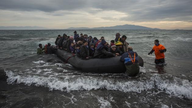 """Faymann: """"Flüchtlinge direkt zurück in die Türkei"""" (Bild: AP)"""