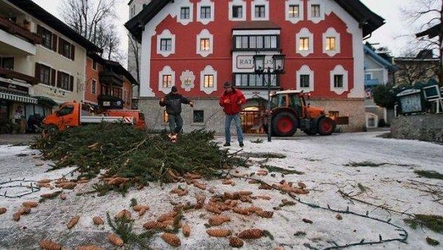 Die Fichte sollte eigentlich bis Ende Jänner das Ortszentrum von Saalfelden zieren. (Bild: Stadtgemeinde Saalfelden)