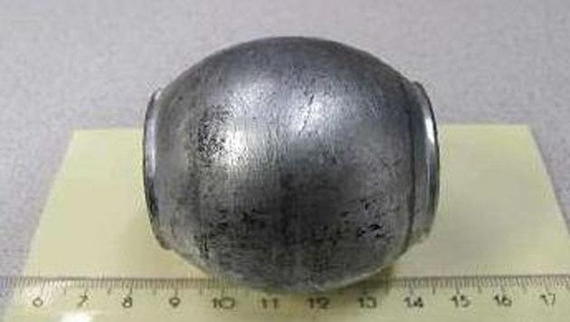 Diese 650 Gramm schwere Metallkugel durchschlug die Windschutzscheibe. (Bild: LPD)
