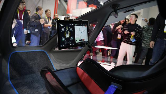 So sieht es im Cockpit der Mega-Drohne aus. (Bild: AP)