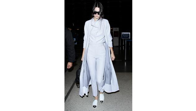 Sehr cool: Kendall Jenner in einer Kombination in Off-White (Bild: Viennareport)