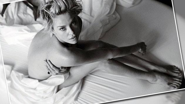 Charlize Theron posiert nur mit Ring bekleidet (Bild: instagram.com/wmag)