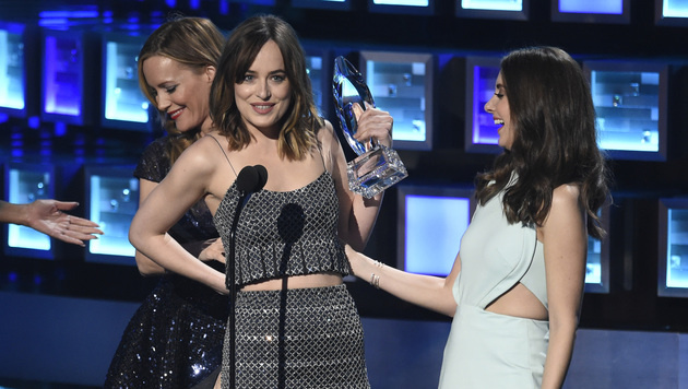 "Dakota Johnson entging bei den People""s Choice Awards nur knapp einem Busenblitzer. (Bild: Chris Pizzello/Invision/AP)"