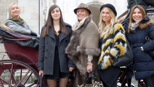 """v.l.n.r.: Sabine, Theresa, Eva, Karin und Uschi bei """"Shopping Queen"""" in Salzburg (Bild: VOX / Constantin Ent.)"""