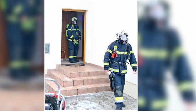Einsatzkräfte der Feuerwehr am Unglücksort (Bild: APA/PRESSETEAM DER FEUERWEHR WIENER NEUSTADT)
