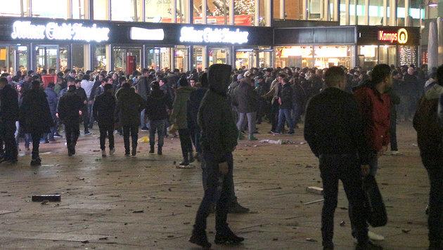 Köln: Erste Urteile wegen sexueller Nötigung (Bild: APA/dpa/Markus Boehm)