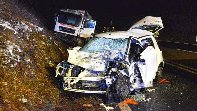 48-Jährige mit Auto gegen Lkw geprallt - tot (Bild: Einsatzdoku.at)