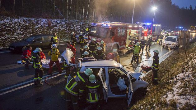 48-Jährige mit Auto gegen Lkw geprallt - tot (Bild: BFK-Krems M. Wimmer)