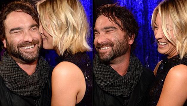 """So vertraut zeigten sich Kaley Cuoco und Johnny Galecki bei den People""""s Choice Awards. (Bild: instagram.com/normancook)"""