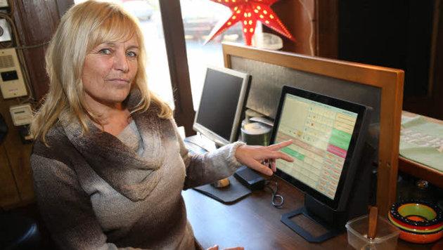 """Kohout führt mit der Registrierkasse nur """"Schanis Beisl"""". Ihr anderes Lokal musste sie zusperren. (Bild: ZWEFO)"""