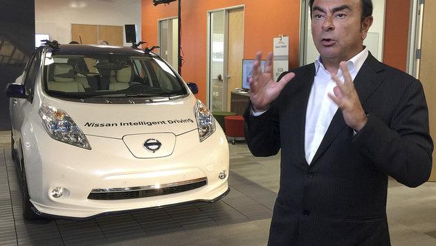 Renault-Nissan-Chef Carlos Ghosn vor dem Prototyp eines autonom fahrenden Nissan Leaf (Bild: AP)
