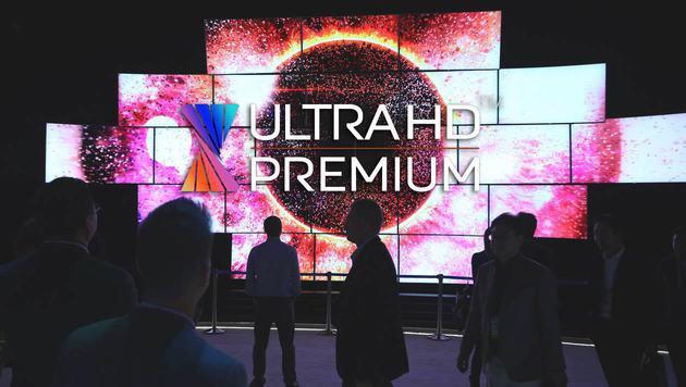 """""""Ultra HD Premium"""": Neues Logo für Top-TVs (Bild: AFP PHOTO / DAVID MCNEW, UHD Alliance, krone.at-Grafik)"""