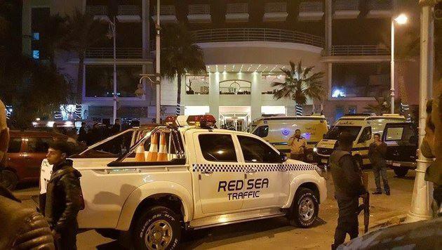 Einsatzkräfte vor dem Bella Vista Hotel & Resort im ägyptischen Ferienort Hurghada (Bild: EPA/STRINGER)