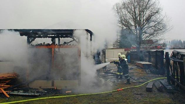 Die Löscharbeiten bei dem Brand in Mürzzuschlag (Bild: APA/BFVMZ PUSTERHOFER)