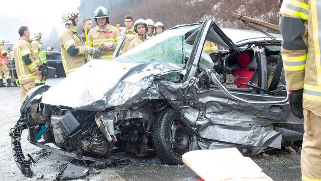 Der Wagen mit den drei Frauen wurde völlig demoliert. (Bild: APA/BRUNNER PHILIPP)
