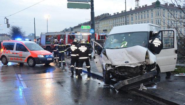 Lenker aus Wrack befreit ++ Rohr durchbohrt Auto (Bild: APA/MA 68 LICHTBILDSTELLE)