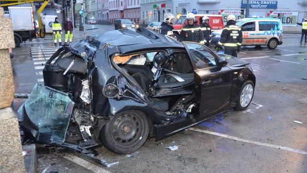 Der Fahrer des Pkw wurde im Wrack eingeklemmt. (Bild: APA/MA 68 LICHTBILDSTELLE)