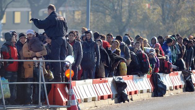 Flüchtlinge an der Grenze zwischen Oberösterreich und Deutschland (Bild: APA/BARBARA GINDL)