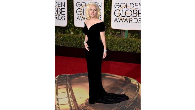 Lady Gaga setzte ihre Kurven in einer Atelier-Versace-Robe in Schwarz in Szene. (Bild: Jordan Strauss/Invision/AP)