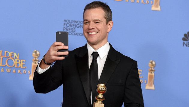 Matt Damon kann es nicht lassen und macht ein Foto von seinen Gratulanten. (Bild: Jordan Strauss/Invision/AP)