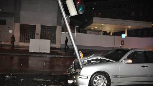 Die drei Insassen erlitten Verletzungen, am Auto entstand Totalschaden. (Bild: LPD WIEN)