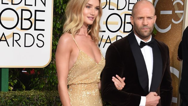 Jason Statham und Rosie Huntington-Whiteley mit ihrem Verlobungsring bei der Golden-Globes-Gala. (Bild: AFP)